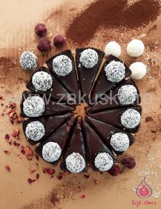 """Felie tort raw vegan """"Lúdláb"""" cu ciocolată și vișine"""