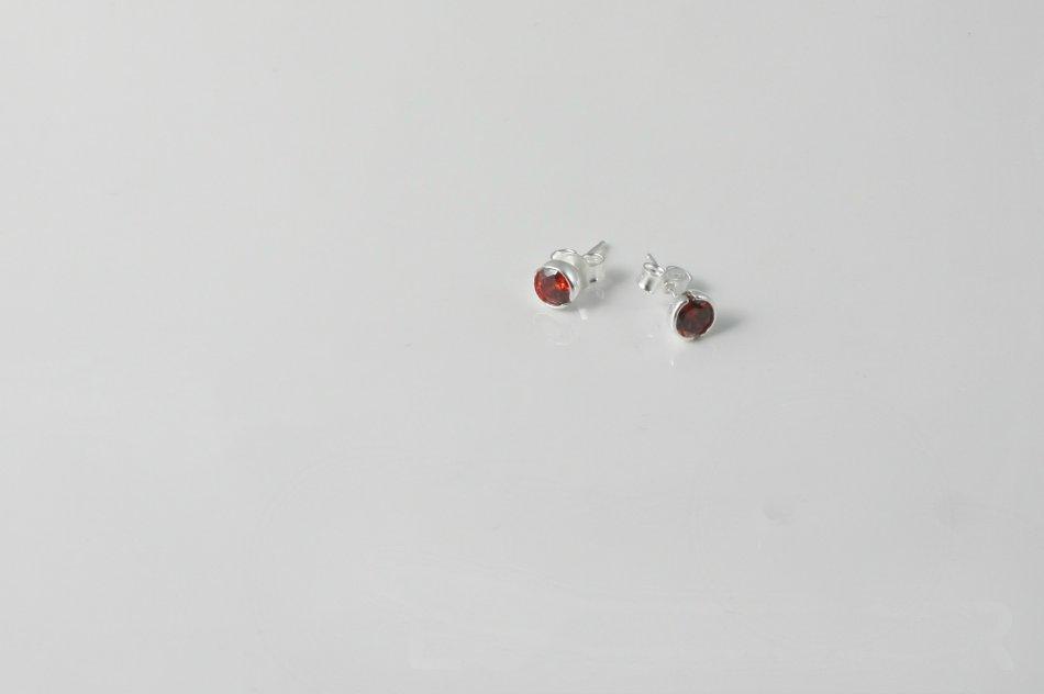 Cercei  din argint 925 cu zirconiu rosu de 5 mm 1511-C