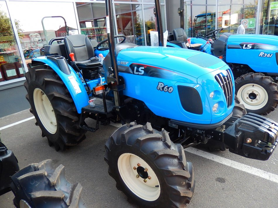 Tractor LS R60 ROPS
