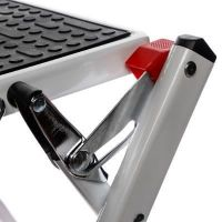 Scara aluminiu KD Home®, 2 trepte, inailtime 44.5 cm, pliabila, cu maner, sistem de blocare si trepte antiderapante, alb
